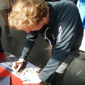 Jérémy Desplanches signe la brochure Team Genève lors du Championnat Suisse de natation
