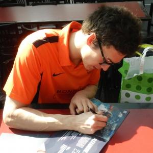 Alexandre signe la brochure Team Genève au Championnat suisse 2015